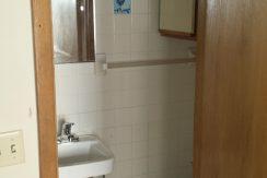 bathroom_634-south-johnson-street_iowa-city_j-and-j-apartments