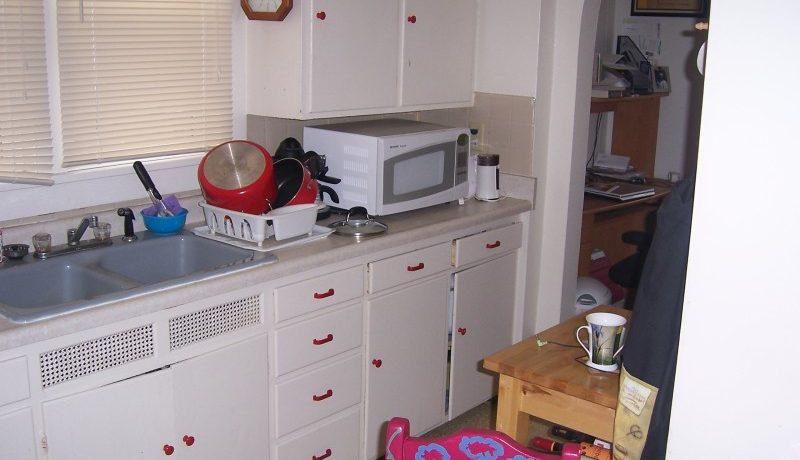 612-clinton-2-Kitchen_iowa-city_j-and-j-apartments