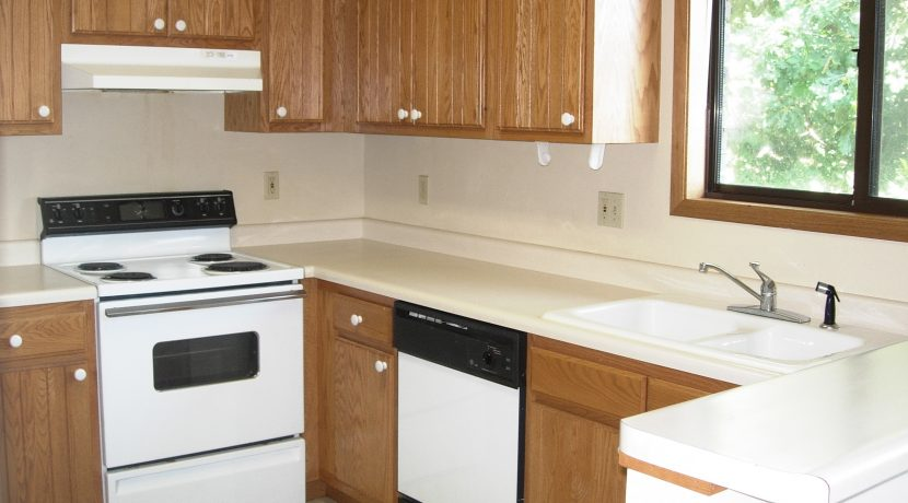 kitchen_1015-oakcrest-h_iowa-city_j-and-j-apartments