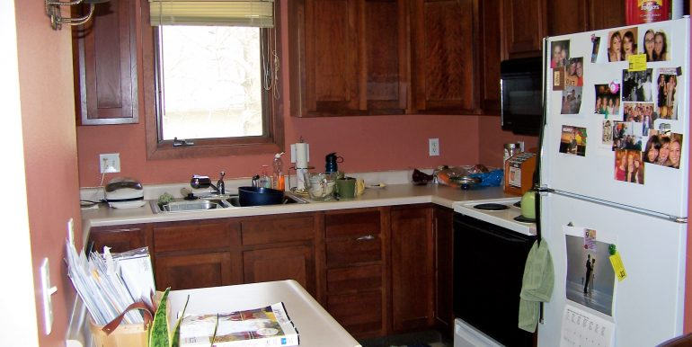 kitchen_1118-prairie-du-chien-road_iowa-city_j-and-j-apartments