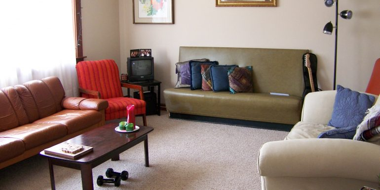 living-room_1118-prairie-du-chien-road_iowa-city_j-and-j-apartments