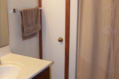 bathroom-1_1118-prairie-du-chien-road_iowa-city_j-and-j-apartments