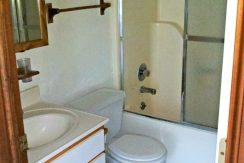 bath_624-clinton_iowa-city_j-and-j-apartments