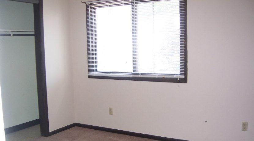 bedroom_1015-oakcrest-f6_iowa-city_j-and-j-apartments