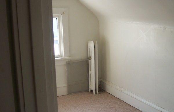 bedroom_911-washington-9_iowa-city_j-and-j-apartments