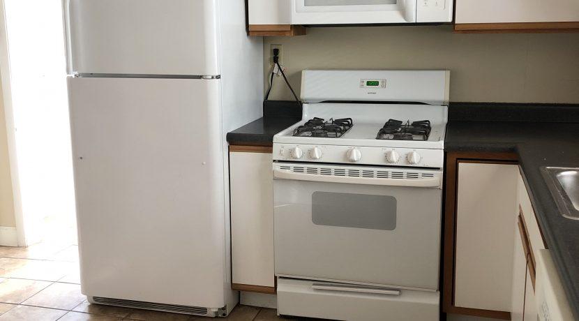 kitchen-2_109-prentiss_iowa-city_j-and-j-apartments