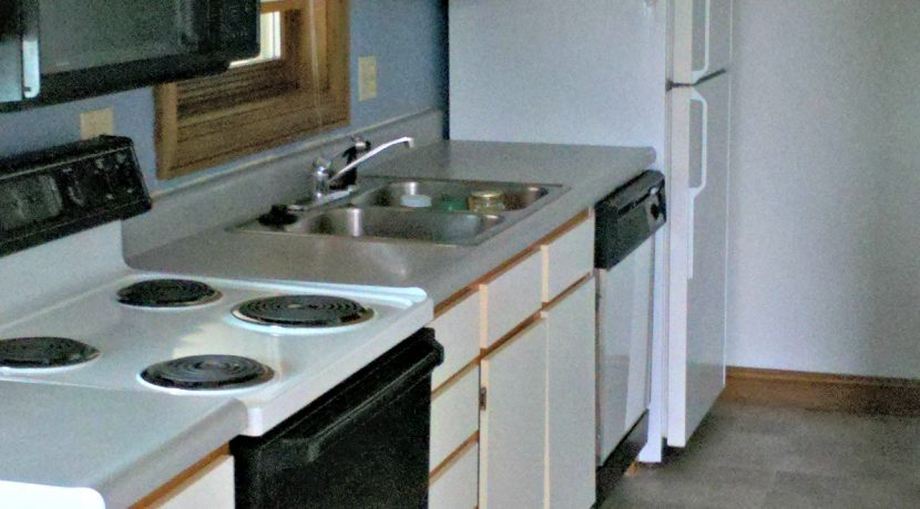 kitchen2_624-clinton_iowa-city_j-and-j-apartments
