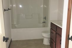bathroom-2_915_washington_street_iowa-city_j-and-j-apartments