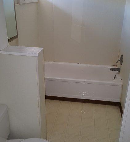 bathroom_630-south-johnson-street-4_iowa-city_j-and-j-apartments