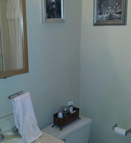 bathroom_911-east-washington-street-6_iowa-city_j-and-j-apartments