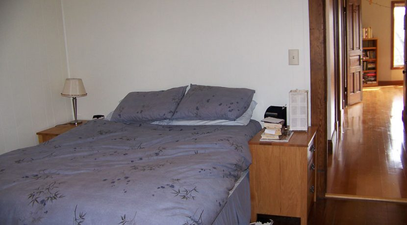 bedroom_1118-prairie-du-chien-road-2_iowa-city_j-and-j-apartments