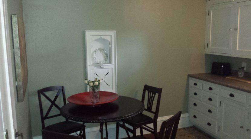 dining_911-east-washington-street-6_iowa-city_j-and-j-apartments