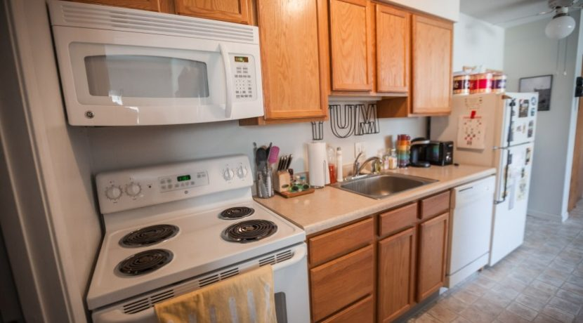 kitchen_902-20th-avenue-place_coralville_j-and-j-apartments