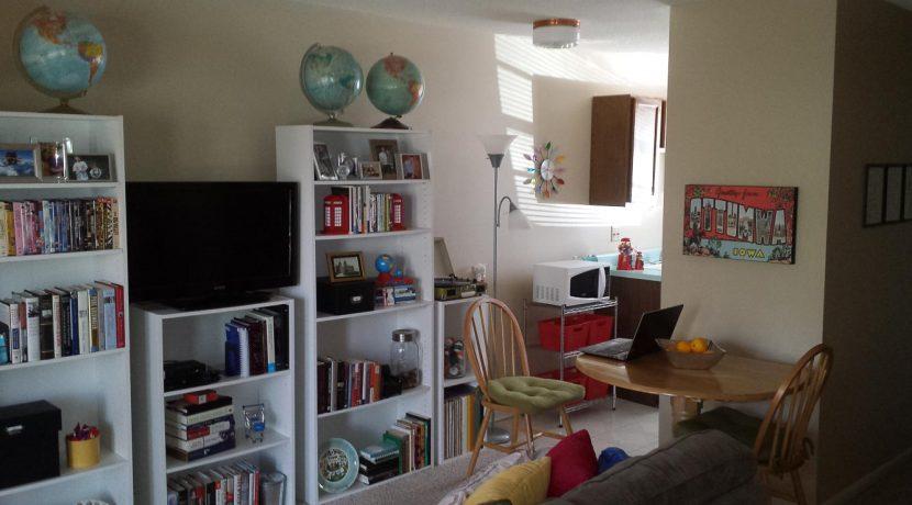 living-room-1001-oakcrest-street_iowa-city_j-and-japartments