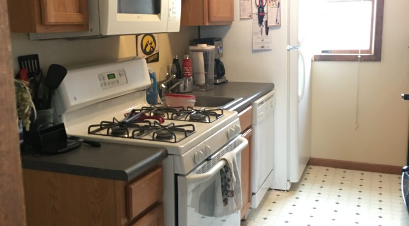 kitchen_114-wright-3_iowa-city_j-and-j-apartments