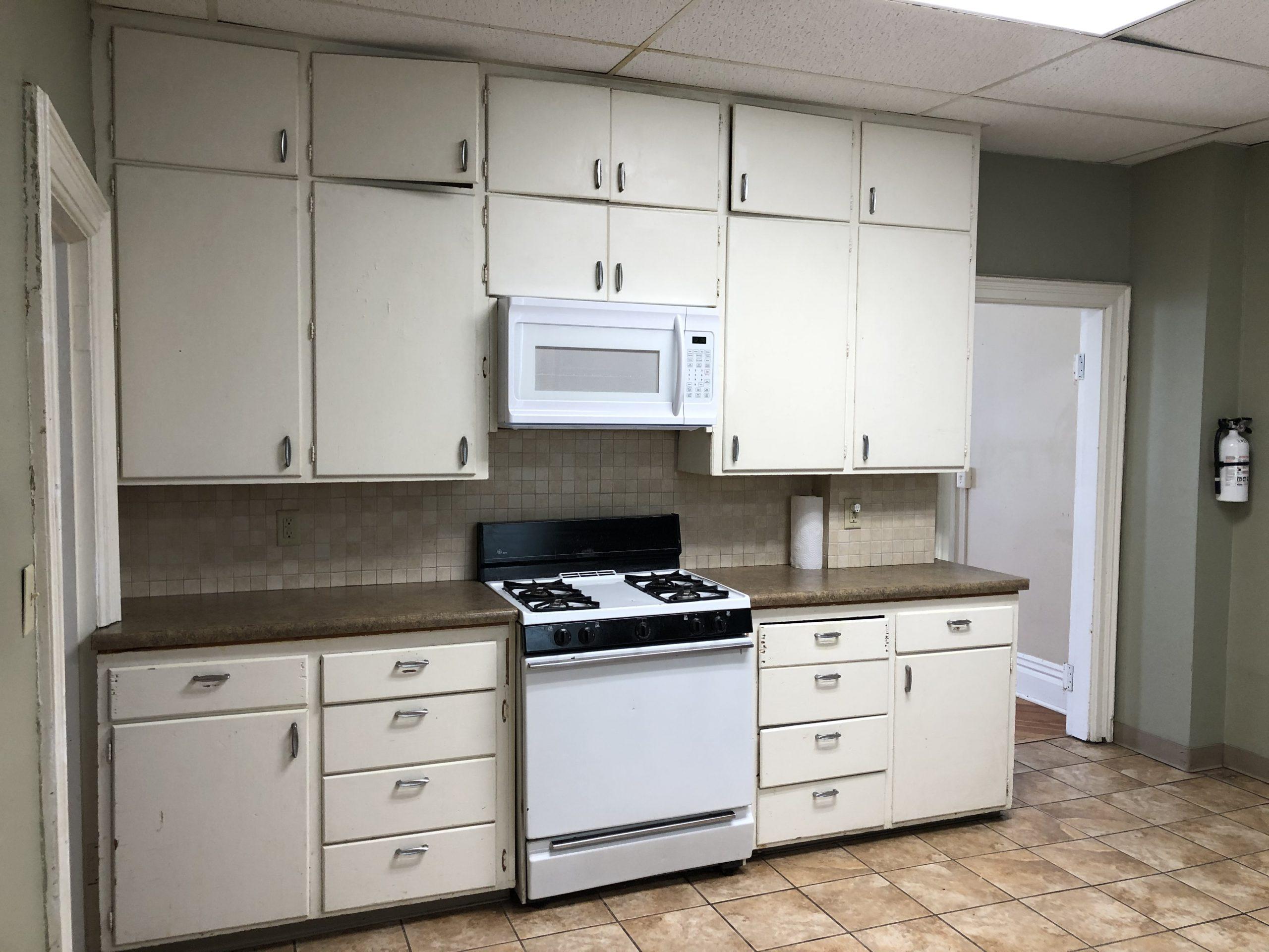 604-clinton_kitchen_iowa-city_j-and-j-apartments
