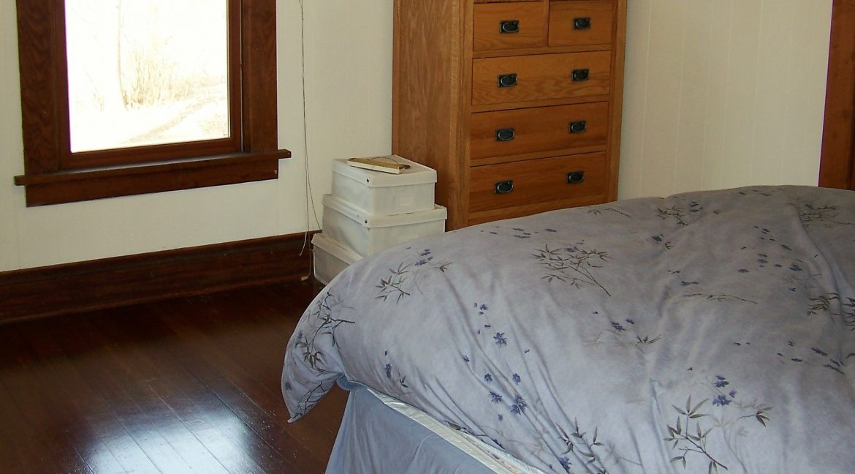 bedroom-1.1_1118.5-prairie-du-chien_iowa-city_j-and-j-apartments
