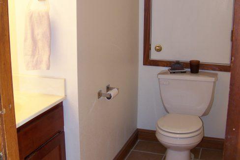 half-bath_1118.5-prairie-du-chien_iowa-city_j-and-j-apartments