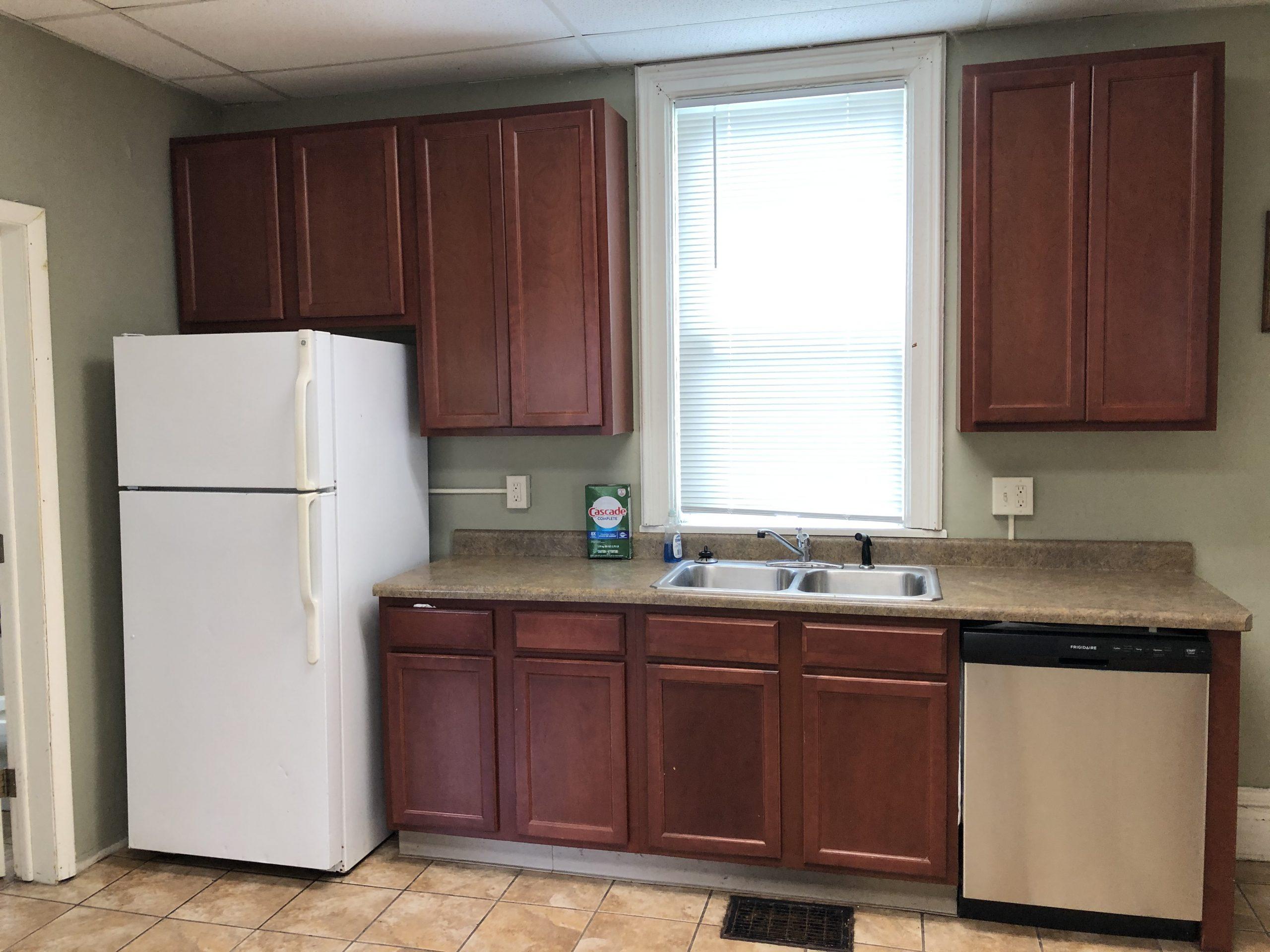 kitchen2_604-clinton_iowa-city_j-and-j-apartments