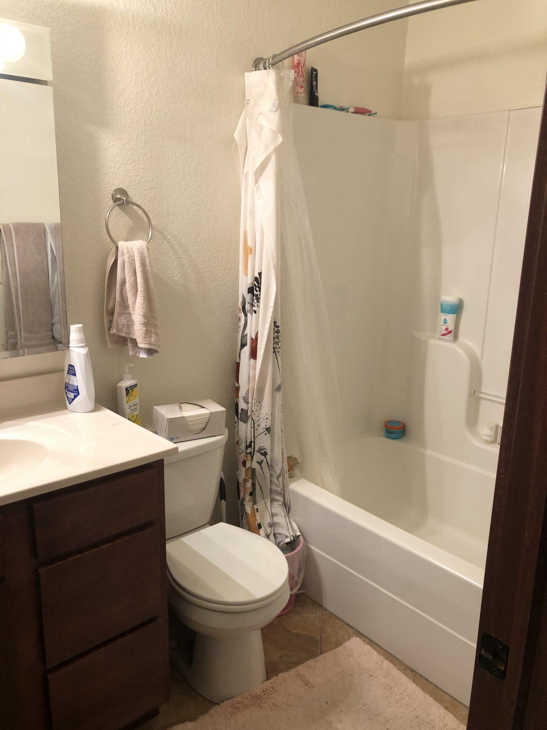 515-college-1_iowa-city_j-and-j-apartments_bathroom