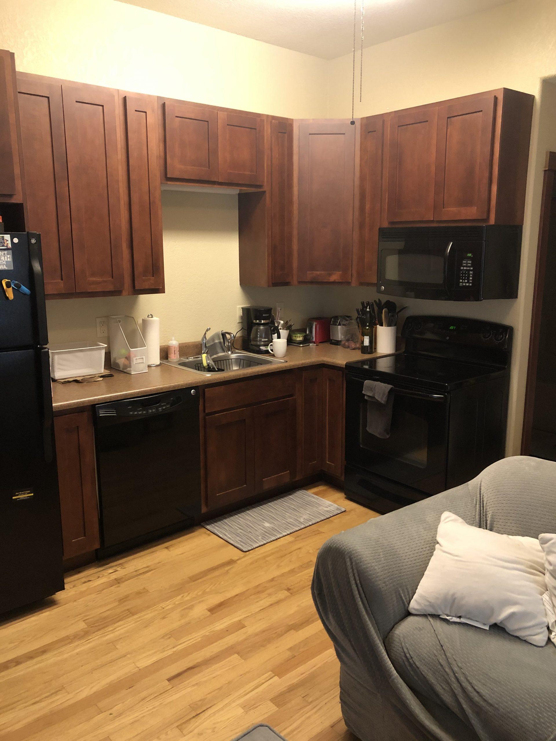 515-college-1_iowa-city_j-and-j-apartments_kitchen