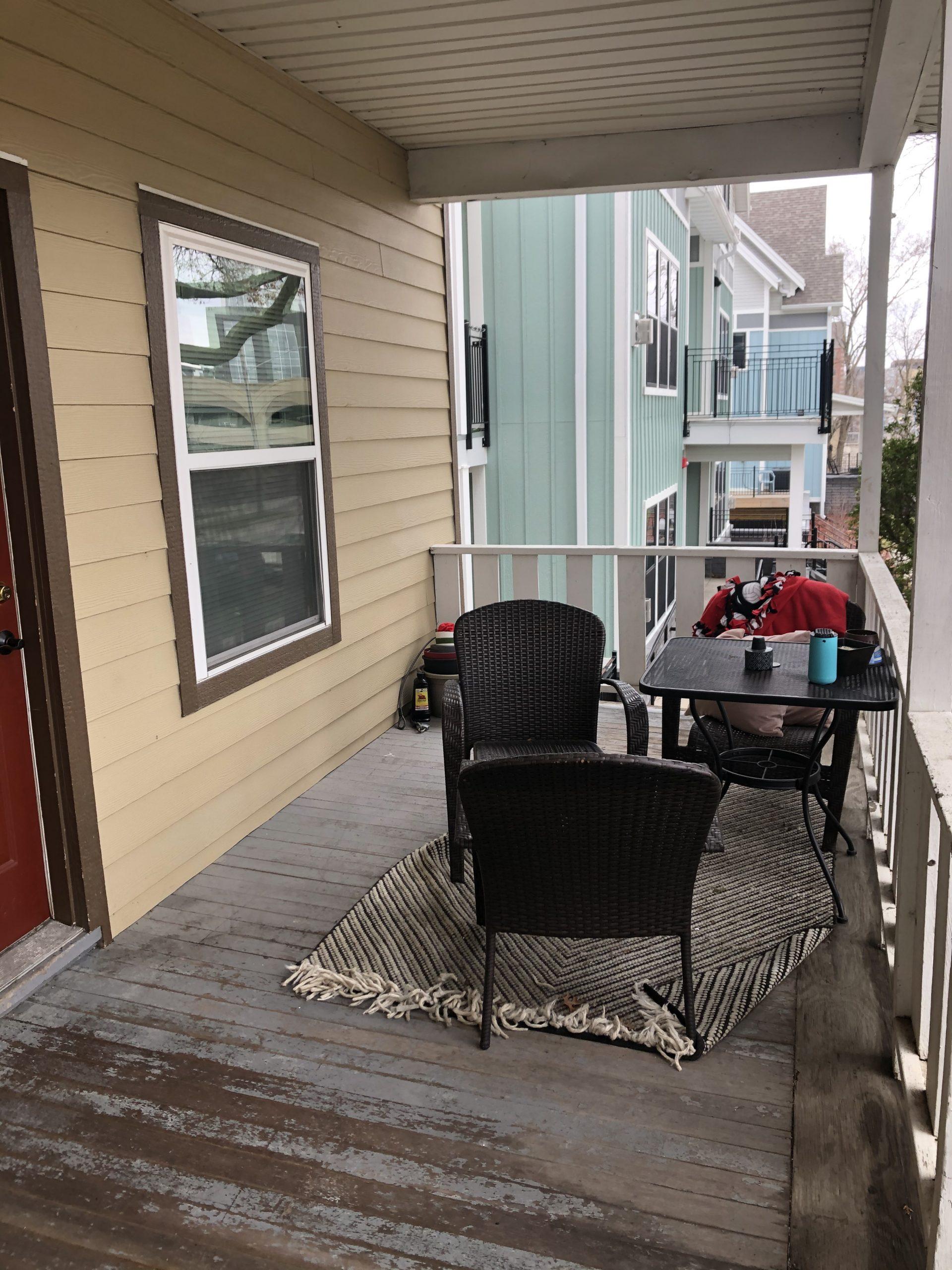 515-college-1_iowa-city_j-and-j-apartments_porch